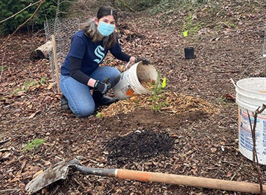 volunteer wearing face mask at a Green Kirkland Partnership restoration event during the coronavirus pandemic